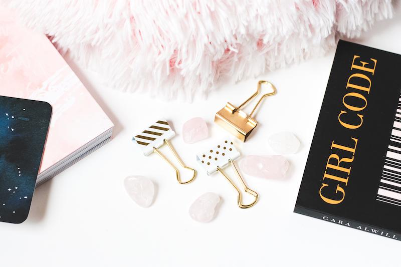 photo gratuite girly blog gold book pink cushion