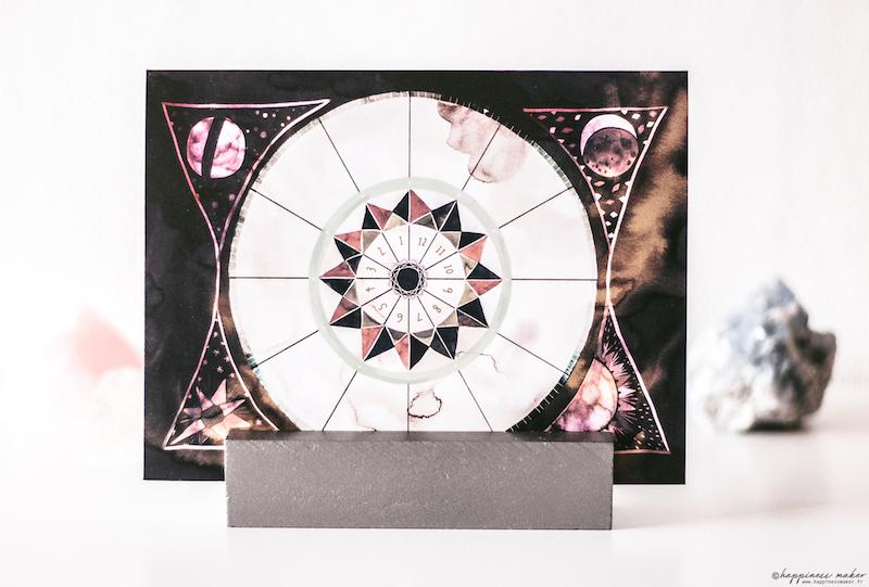 deco cabinet curiosités carte postale symbole roue sacree