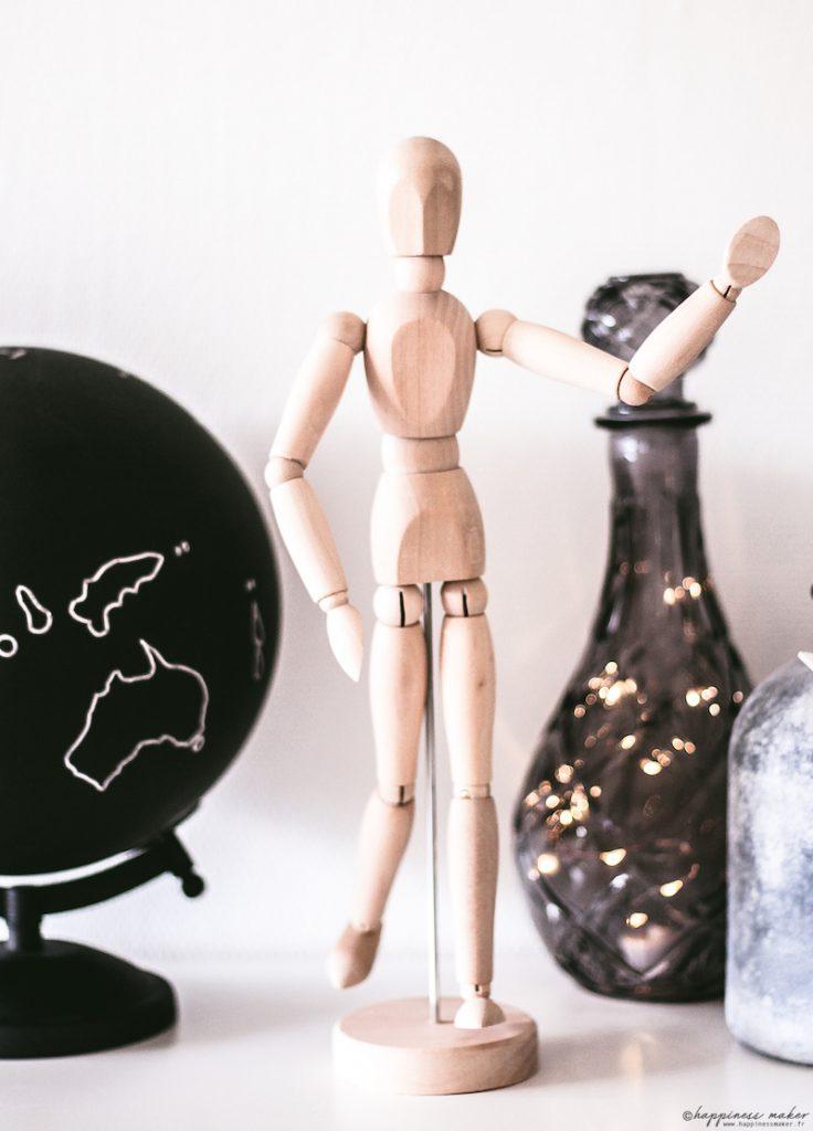 déco cabinet curiosités globe mannequin en bois